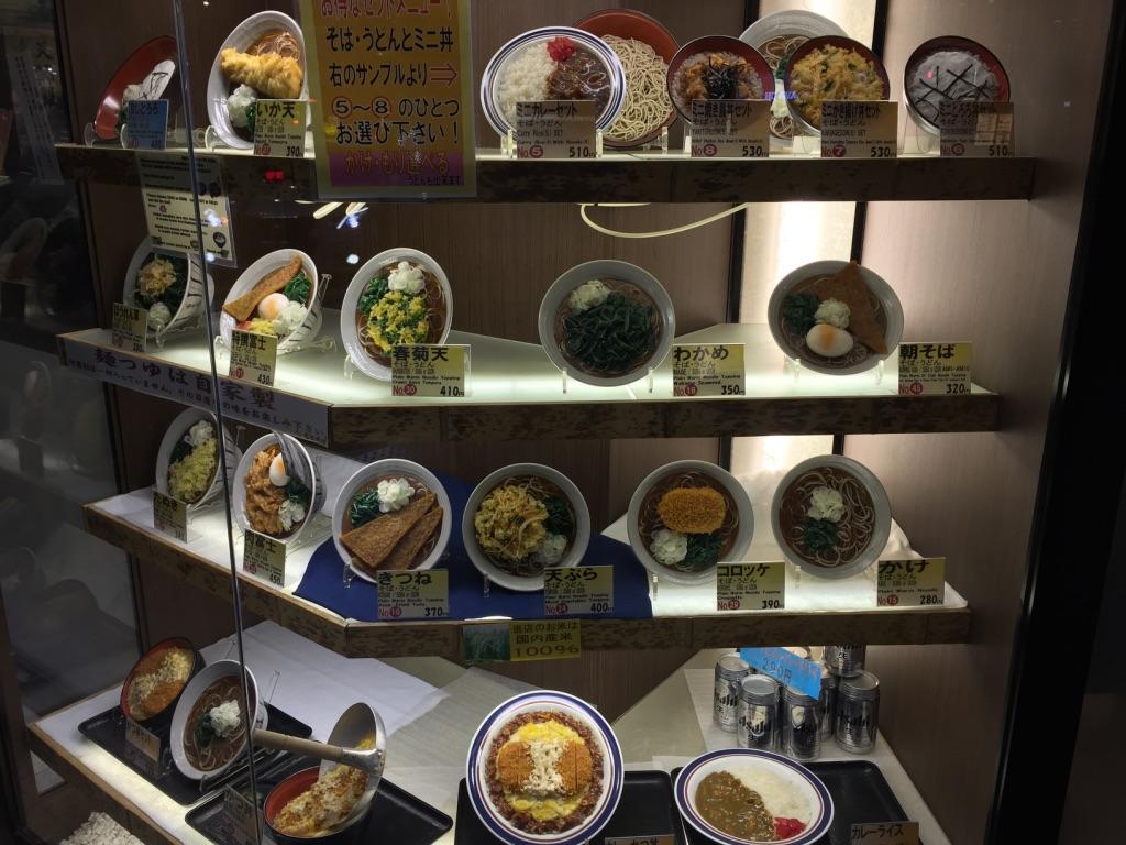 Vitrine d'un restaurant avec des plats plastiques