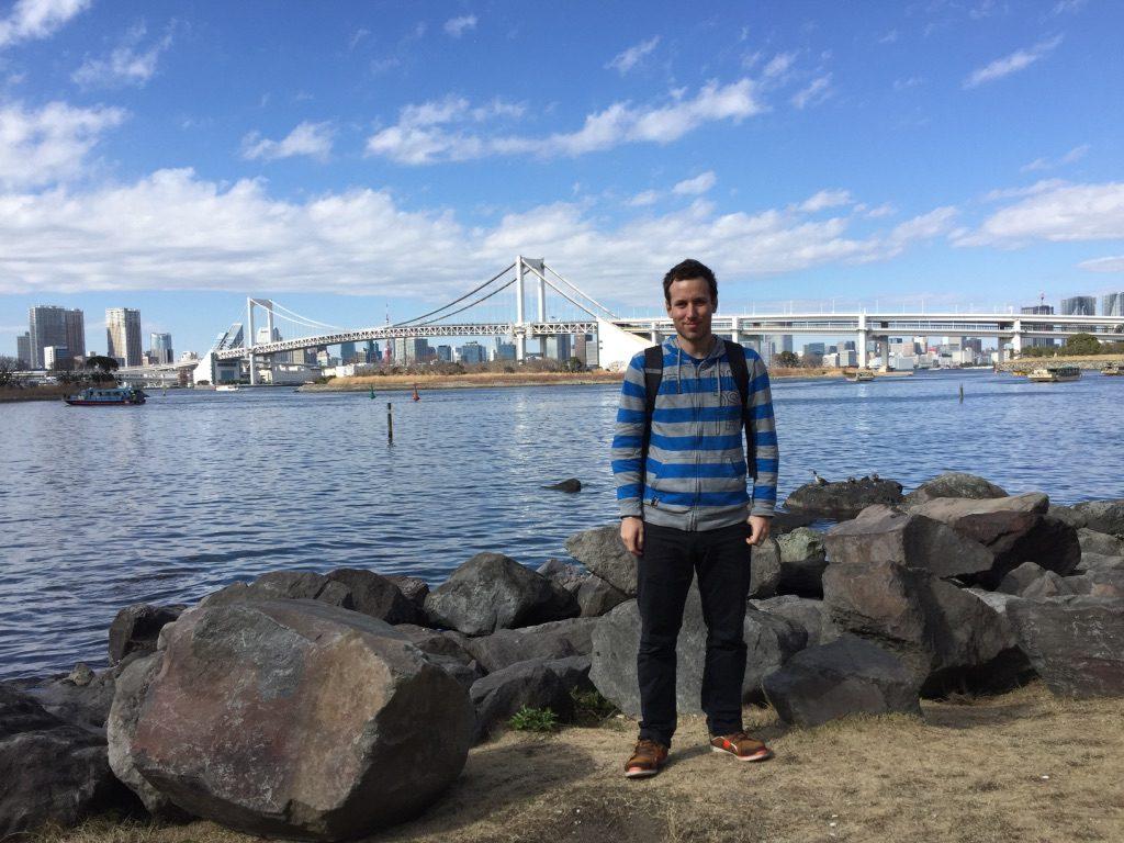 Moi au bord de la baie de Tokyo devant le Pont Arc-en-ciel