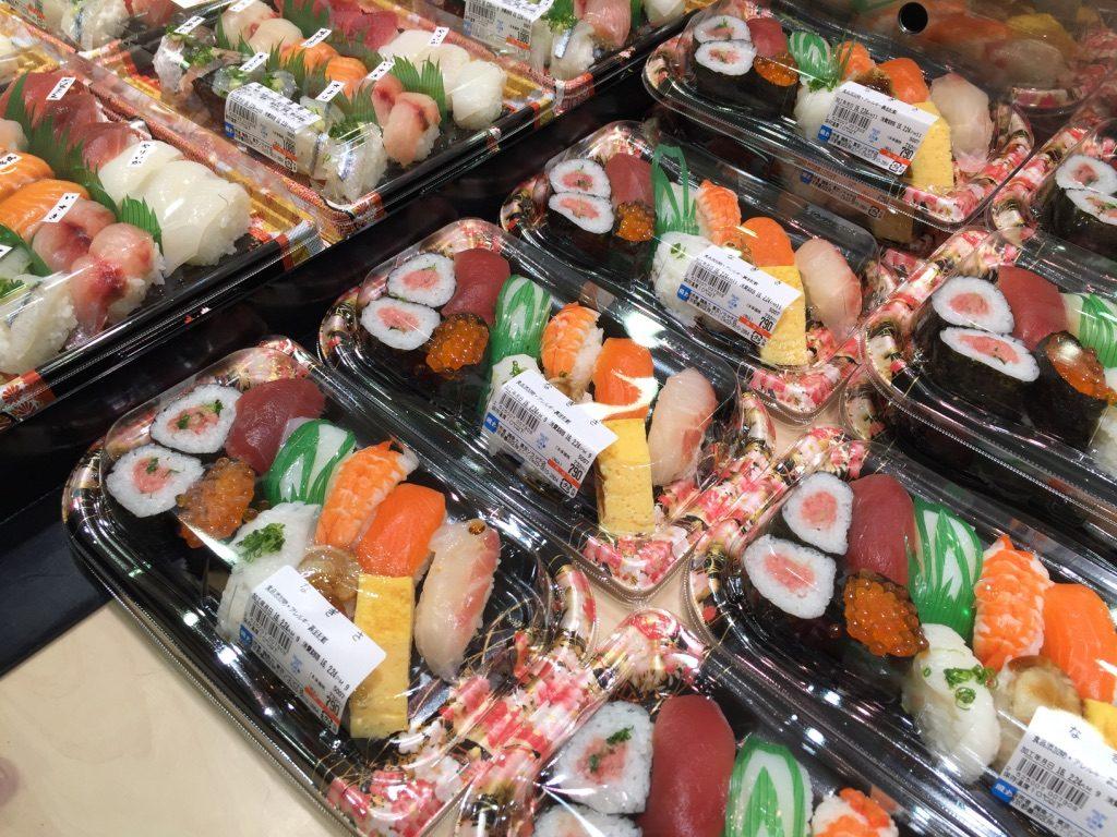 Barquettes de sushi dans le supermarché