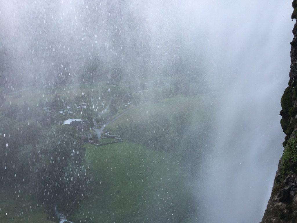 Vue à travers la cascade du Staubbach