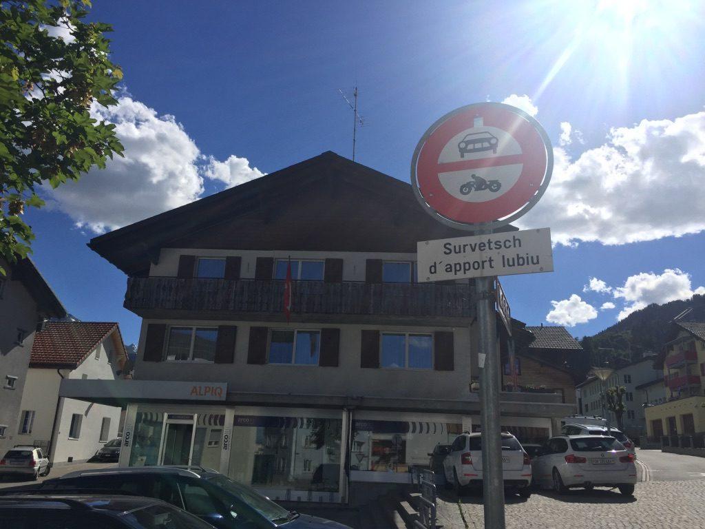 Panneau en romanche en Suisse