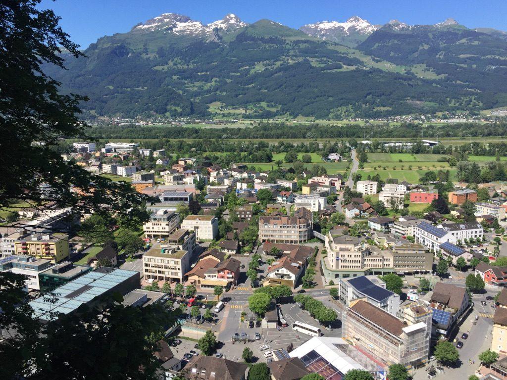 Vaduz avec des montagnes suisses derrière