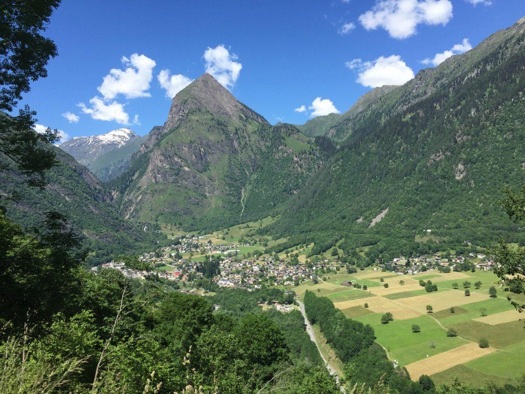 Olivone avec le sommet du Sosto dans les Alpes suisses