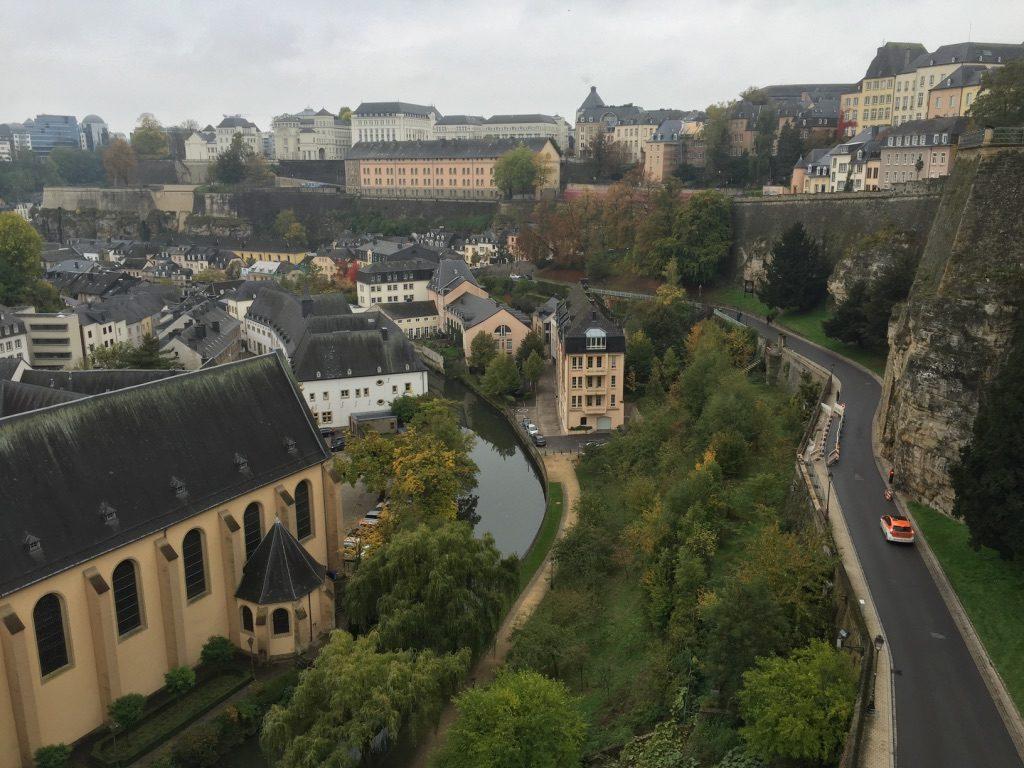 La ville de Luxembourg avec la rivière Alzette